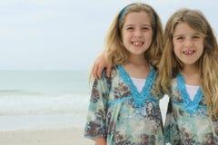 Identieke tweelingkinderen op het strand Stock Afbeelding