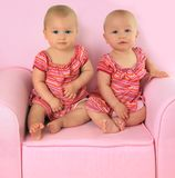 Identieke tweelingmeisjes Stock Foto