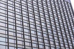 Identieke vensters van een bureaugebouw, een ver vooruitzicht royalty-vrije stock afbeelding