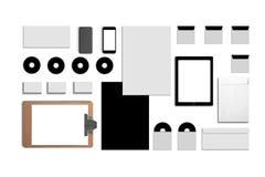 Identificación corporativa en blanco Fije aislado en blanco Consista en las tarjetas de visita, carpeta, tableta, sobres, papeles fotos de archivo libres de regalías