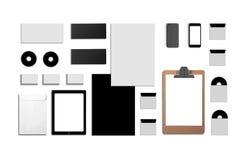 Identificación corporativa en blanco Fije aislado en blanco Consista en las tarjetas de visita, carpeta, tableta, sobres, papeles imagen de archivo