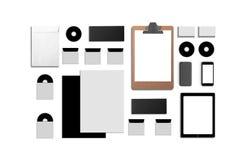 Identificación corporativa en blanco Fije aislado en blanco Consista en las tarjetas de visita, carpeta, tableta, sobres, papeles fotografía de archivo
