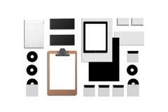 Identificación corporativa en blanco Fije aislado en blanco Consista en las tarjetas de visita, carpeta, tableta, sobres, papeles imagenes de archivo