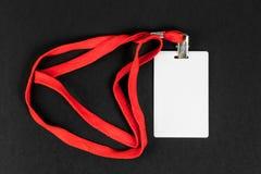 Identificación vacía de la tarjeta, icono con una correa anaranjada en un fondo negro Espacio para el texto Fotos de archivo libres de regalías