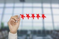 Identificar de verificação da mão do negócio por meio do marcador vermelho em uma avaliação de cinco estrelas Fotografia de Stock Royalty Free