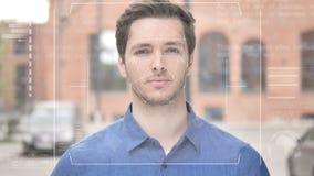 Identification de jeune homme par le système facial biométrique de balayage de reconnaissance clips vidéos