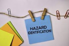 Identification de risque ! sur les notes collantes d'isolement sur le fond blanc image libre de droits