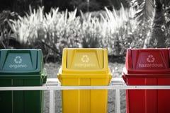 Identificato ricicli i recipienti, colore selettivo fotografia stock