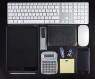 Identificazione corporativa in bianco fissata su fondo nero Immagini Stock