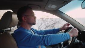 Identificazione dell'uomo bianco in ingorgo stradale in automobile e nelle prove per parlare il vecchio telefono del bottone Tele video d archivio