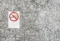 Identifichi il segno non fumatori del metallo sul fondo di pietra di struttura fotografia stock libera da diritti
