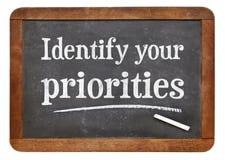 Identifichi le vostre priorità - segno della lavagna fotografia stock libera da diritti