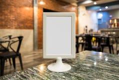 Identifichi lo spazio in bianco bianco sul piano d'appoggio immagini stock libere da diritti