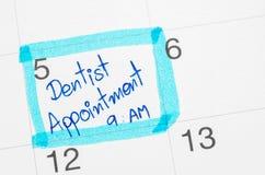 Identifier de calendrier par le dentiste images stock