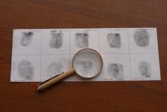 Identifierar med fingeravtryck undersökning Fotografering för Bildbyråer