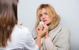 Identifiez les symptômes du froid Service de visite à la maison de docteur Examen médical Docteur et concept patient Fièvre adult images libres de droits