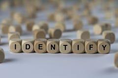 Identifique - el cubo con las letras, muestra con los cubos de madera fotografía de archivo libre de regalías
