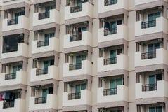 Identiska balkonger i skyskrapa Arkivfoto