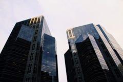 Identiska skyskrapabyggnader royaltyfri bild