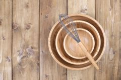 Identiska träplattor av olika format, blomkrona för att laga mat på en träbakgrund Naturliga material hemma och i fotografering för bildbyråer