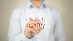 Identità corporativa, scrittura dell'uomo sullo schermo trasparente Fotografia Stock Libera da Diritti