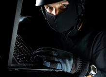Identitätsdiebstahl auf Computer nachts stockbilder