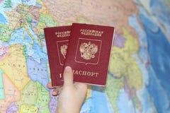 Identiteitsdocument op de achtergrond van een geografische kaart royalty-vrije stock foto