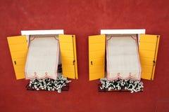 identyczni dwa czerwieni ścienny okno kolor żółty Obraz Royalty Free