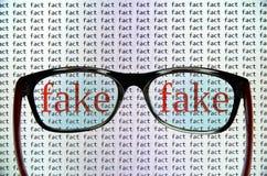 Identyfikacja sfałszowana wiadomość obraz stock