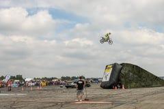 Ider bij de Vrij slagmotocross De truc met de motorfiets op achtergrond van blauwe bewolkte hemel Duits-Stuntdays, Zerbst - 2017, Stock Fotografie