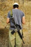 IDF战士人运载一杆M-16步枪祈祷 库存照片