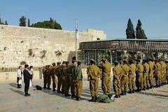 Idf-soldater på den att jämra sig väggen Jerusalem Royaltyfri Foto