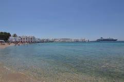 Idilic strand i den Chora ön av Mykonos Arte History Architecture arkivbilder