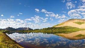 Idilio del lago mountain Foto de archivo libre de regalías