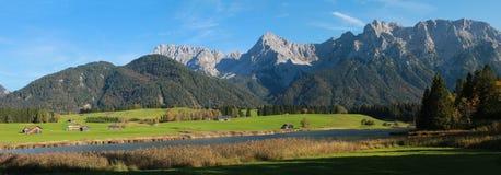 Idilliaco attracchi le montagne di schmalensee e del karwendel del lago immagine stock libera da diritti