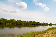 Idillyc rural riverside landscape Royalty Free Stock Images