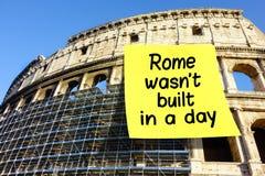 Idiom-Rom-wasn& x27; t aufgebaut in einem Tagespost-it Colosseum stockbilder