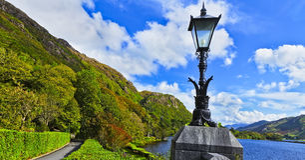 Idir un agus de Mhainistir un lago Imagen de archivo