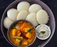 Idli酸辣调味品萨姆巴尔南部印度早餐 免版税库存图片