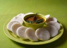 Idli med sambaren i bunke på grön bakgrund, indisk maträtt royaltyfria foton
