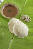 Idli van het zuiden Indische snelle voedsel met het chutney van Sambar en van de kokosnoot stock afbeelding