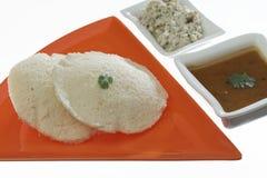 Idli van het zuiden Indische snelle voedsel met korianderblad met het chutney van Sambar en van de kokosnoot stock afbeelding