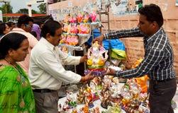 Idole de ganesha de seigneur étant vendu dans une boutique indienne de rue Photographie stock libre de droits