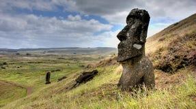 Idole de Moai avec l'île Backgr. Photographie stock