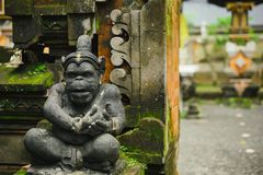 Idole indou de la statue de pierre de divinité se reposant à l'entrée de la maison Photographie stock
