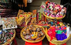 Idole und Puppen bei Mercado de Las Brujas in Bolivien stockfotografie