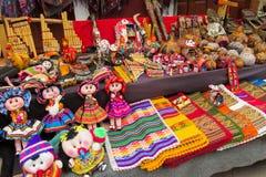 Idole und Puppen bei Mercado de Las Brujas in Bolivien lizenzfreie stockbilder