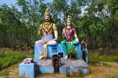 Idoles colorés d'un dieu et de déesse indiens, sur le chemin à Kumbakonam, Tamil Nadu, Inde Photographie stock