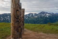 Idoles en bois sur la péninsule du Kamtchatka photos libres de droits