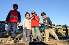 Idomeni, Grécia, o 15 de abril de 2016 menina dentro do campo de refugiados Idomeni, perto da beira Grego-macedônia Crise emigran fotografia de stock